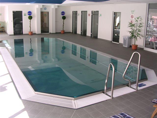 Schwimmbecken aus edelstahl mit berlaufrinne und treppe for Pool design polen